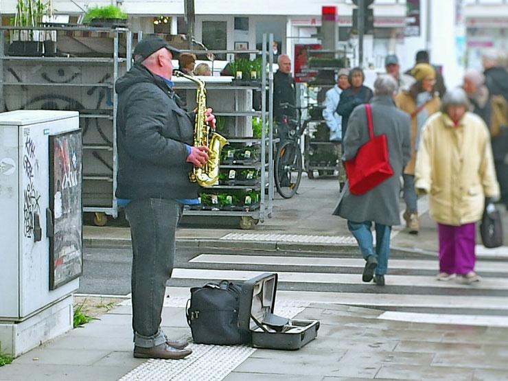 Saxophon, Isemarkt Hamburg, rote Handdtasche, Straßenmusik