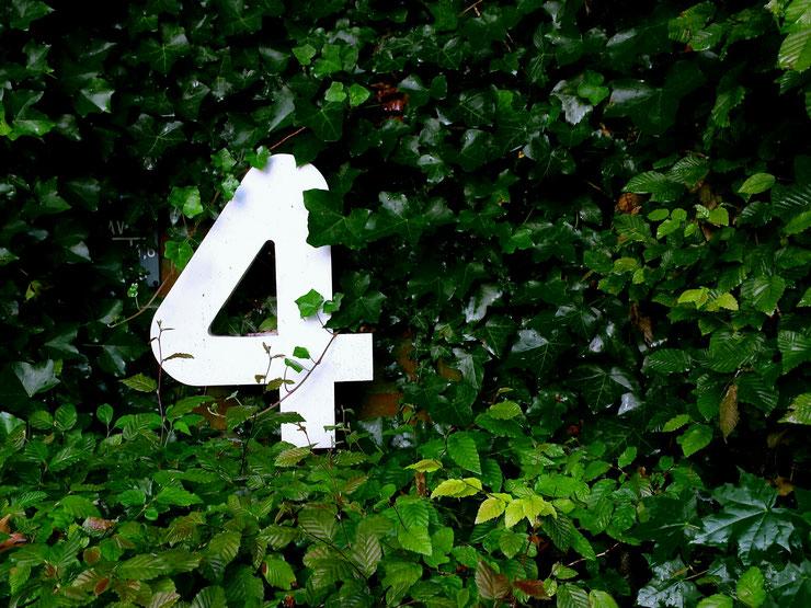 vier, hausnummer