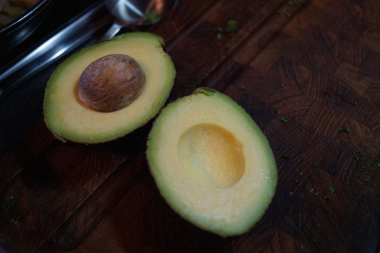 Avocado für einen ayurvedischen Kartoffelsalat