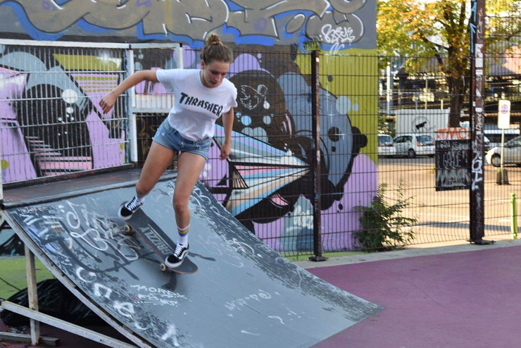 "Meine Freundin Zoe, im Skatepark ""Purplepark"" Gundeli"