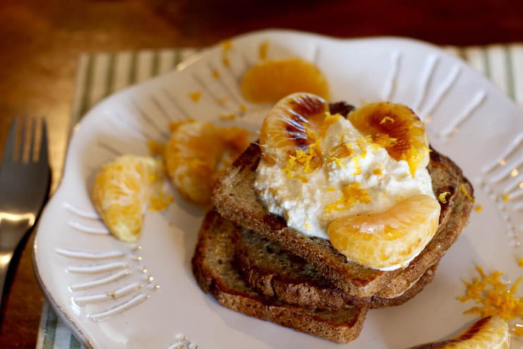 This French toast recipe combines sweet mandarin oranges with creamy ricotta for a delicious, protein-rich breakfast. #frenchtoast #proteinbreakfast #highproteinbreakfast #highproteinrecipes #vegetarianrecipes