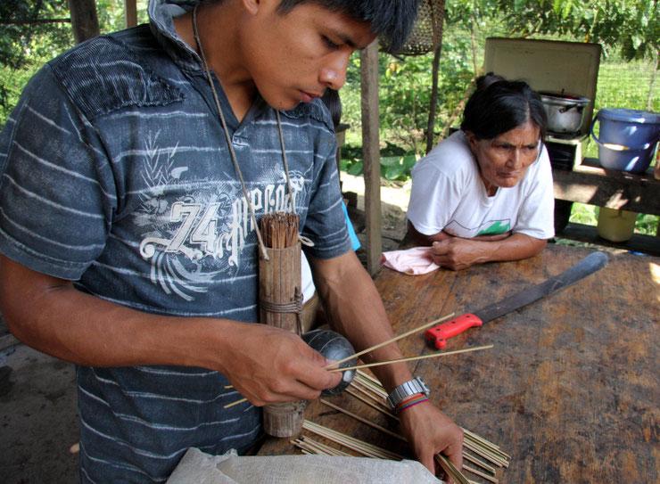 Rytmečio darbas - šuarai Tukupio kaime Ekvadoro Amazonijoje rūšiuoja užnuodytas strėles medžioklei