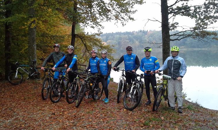 Füramoos/Holzweiher, 17.10.2015 - unsere 8 Mitglieder beim Tourziel am Holzweiher