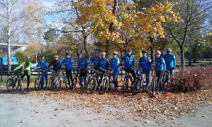 ... bei idealem Herbstwetter starteten 13 Teilnehmer(innen) die mit einigen Trails gespickte 53 km lange MTB-Tour ...