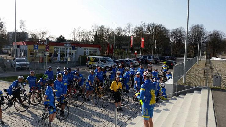 """""""kurze"""" Ansprache und Begrüßung an die 44 Teilnehmer vor Beginn vom Radtreff durch Stefan"""