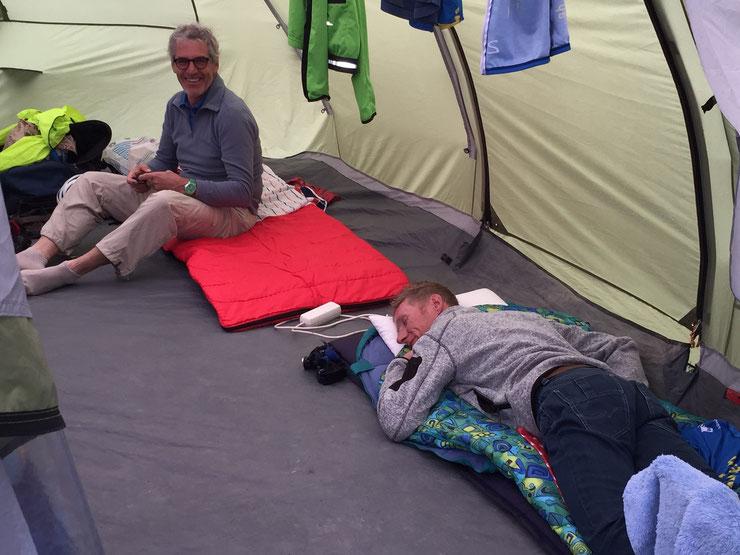 Platz zum Liegen und gut schlafen konnten Anton, Klaus, Martin und Erich im Radtreff-Zelt