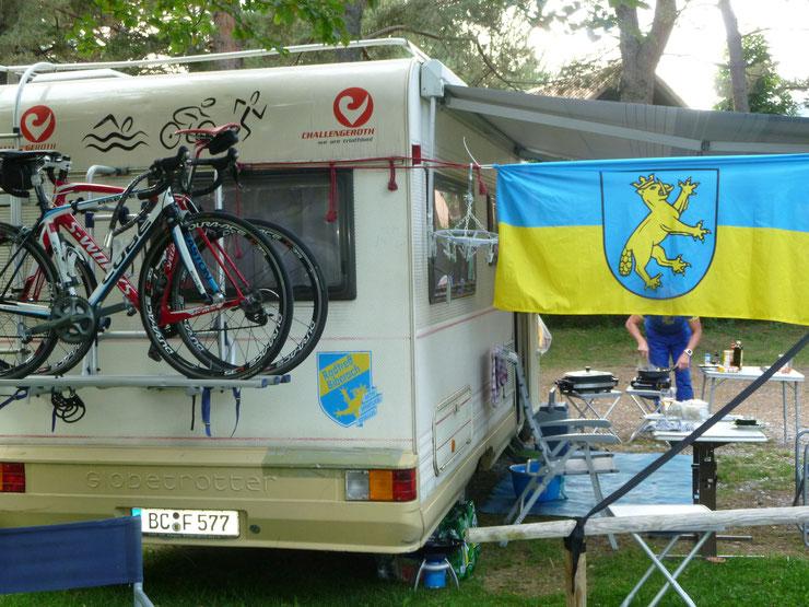 Die Biberacher Fahne ist immer mit dabei und Markenzeichen der 9 köpfigen Radtreffgruppe