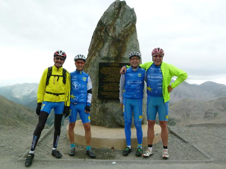 Auf dem Dach der Tour am Cime de la Bonette auf 2803 m Höhe.  Leider auf der Abfahrt mit Nieselregen bei 3°C  :-(