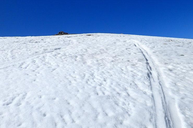 Le cairn sommital est tout proche... Sous la chaleur, la neige devient de plus en plus molle...