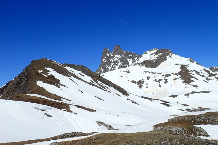 De gauche à droite : le pic sans nom, l'Ossau et le Peyreget.