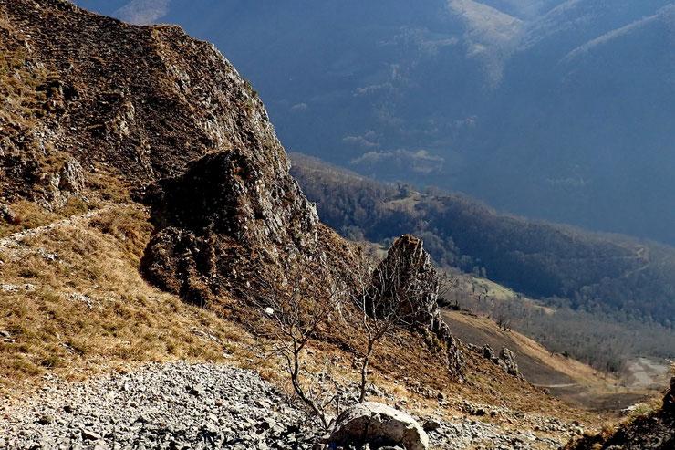 En bas, le vallon du Gabarret.