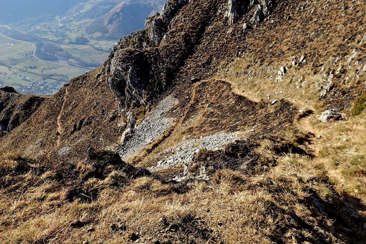Descente à travers des barres rocheuses, mais aucun danger, le sentier est bien marqué.