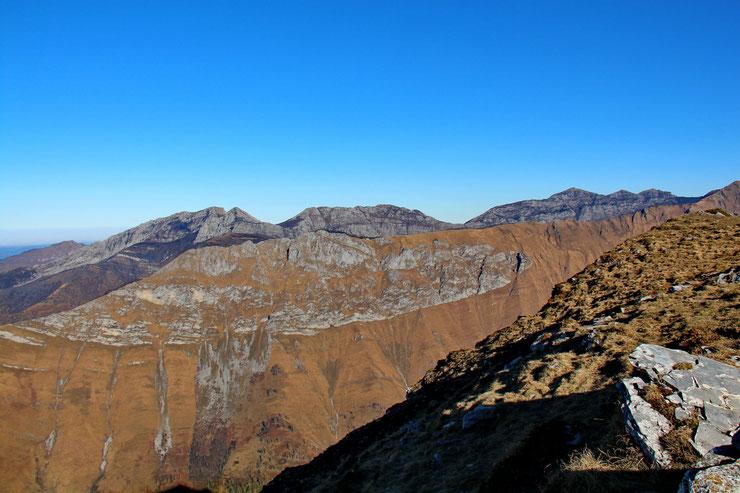 Au Nord, au premier plan, le Pic Hèche Lestrez (1474m).