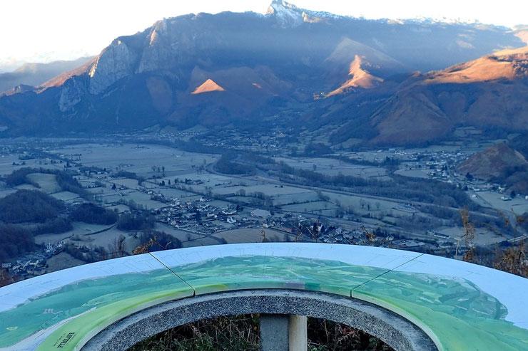La Table et sa vue plongeante sur la vallée.
