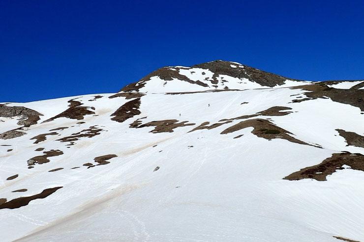 Montée vers le Col d'Anéou (2083m). Deux skieurs de fond me précèdent.