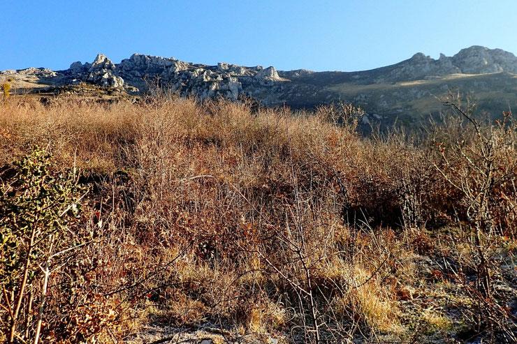 Les barres rocheuses qui bordent le Plateau d'Ourdinse