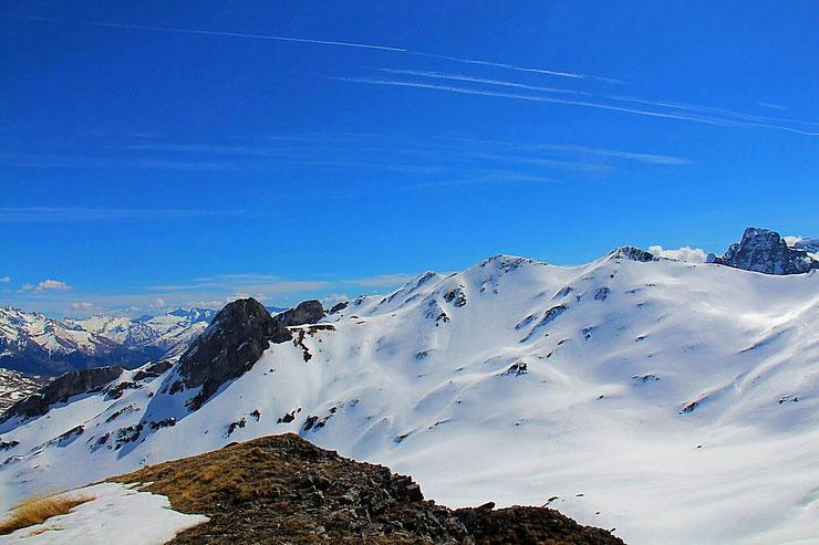 Pic de la Gradillère (2271m). Au Sud-Est, vue sur le Pène de la Glère et le Pic d'Anéou.
