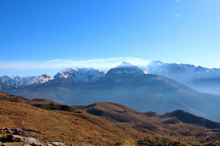 Au Sud, un peu dans la brume, le Pic de Bergon (2148m).