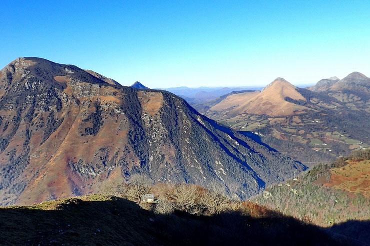 Légèrement à droite, le Pic de Sarraillé (1242m) et plus à droite le Trône du Roi (1266m)