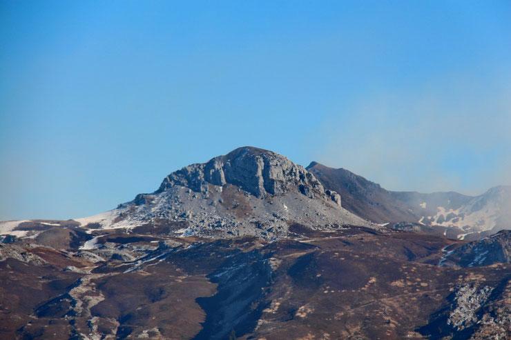 Zoom sur le Mailh Massibé et le Pic Montagnon, tous les deux à 1973m.