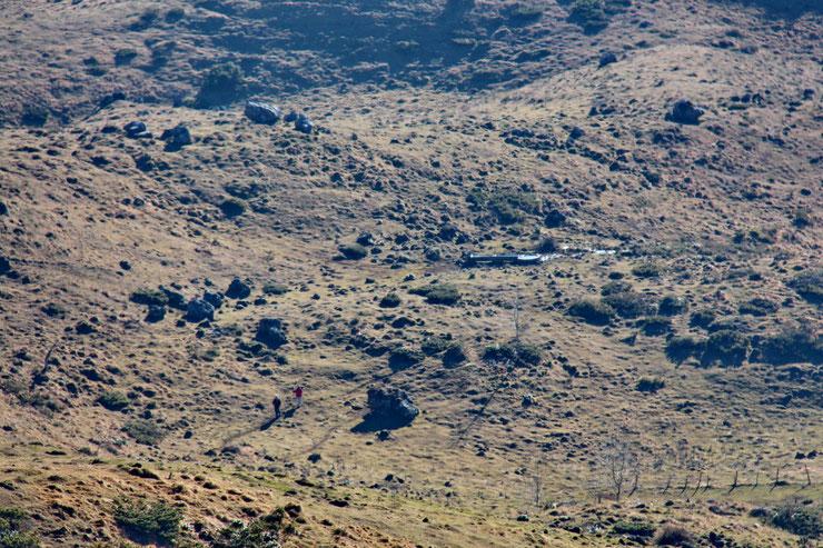 Deux randonneurs arrivent par le Plateau d'Ourdinse.