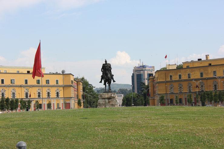 La place Skanderbeg, au cœur de Tirana. Crédit NH53 (Flickr).