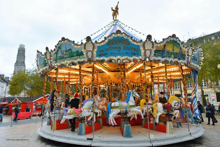 Manège de chevaux de bois, Amiens, photo non libre de droits