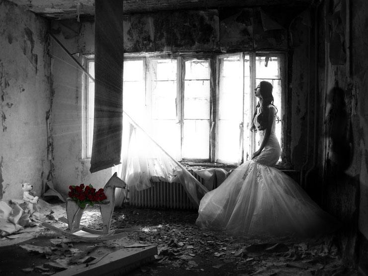 Braut traurig / Hochzeitskleid / schwarz weiß