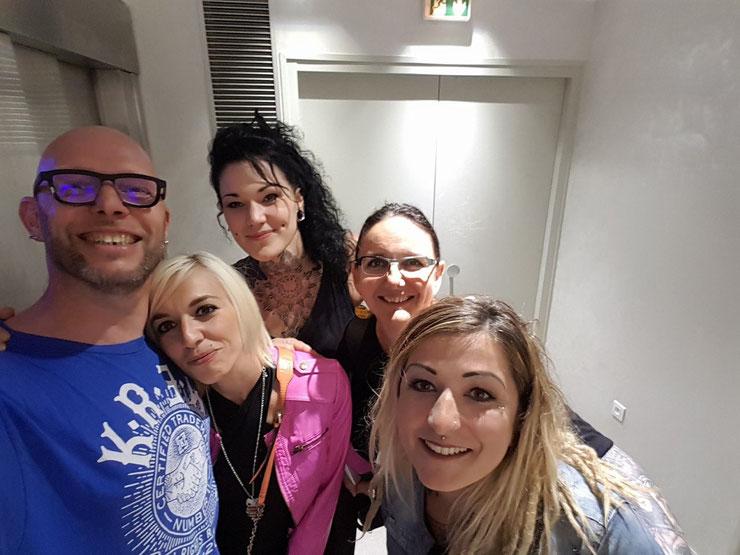 Dans l'entrée de la Maison rose, la team Rose tattoo avec Philippe Liotard, Laura, Odré, Nathalie et Alex