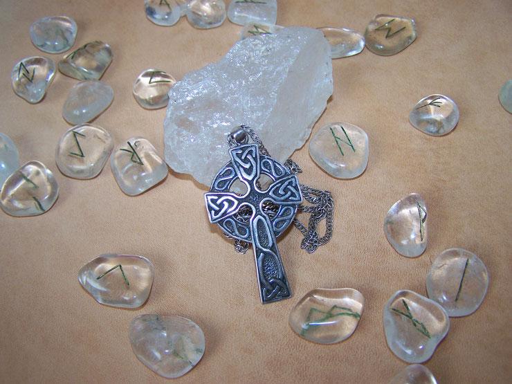 предсказания рунами Германия, мастер рун Германия, информация через рунические символы, кельтский крест как древний знак первых христиан в Европе, свечи и руны на них, руноскрипты на свечах, белая магия рун, рунистика