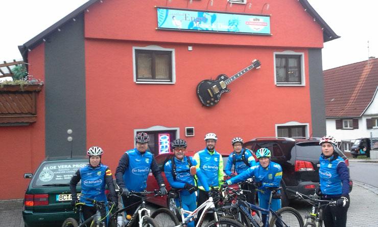 ... mit 9 Teilnehmer war die MTB-Tour in Daugendorf wieder gut besucht - hier nach der Tour vor Gasthof Engel...