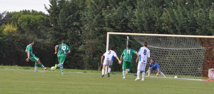 Nella foto il gol del 2-1 realizzato su calcio di rigore dall'attaccante biancoverde Ippoliti