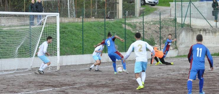Nella foto il gol di Manno, realizzato di tacco su assist fortuito di Di Toro