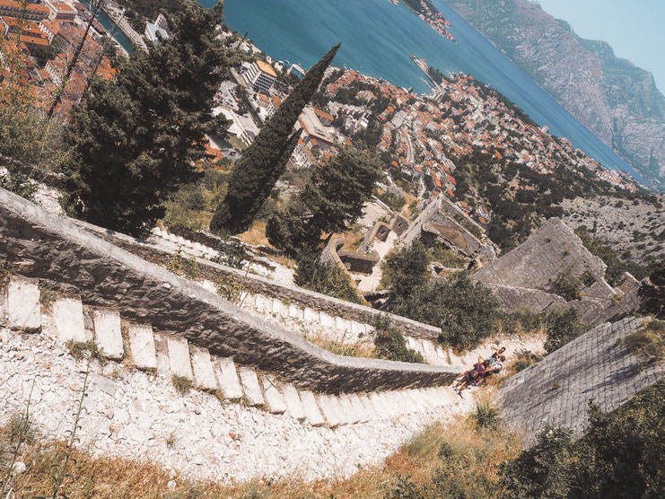 Jeder Schritt eröffnet eine neue Sicht auf die Bucht von Kotor