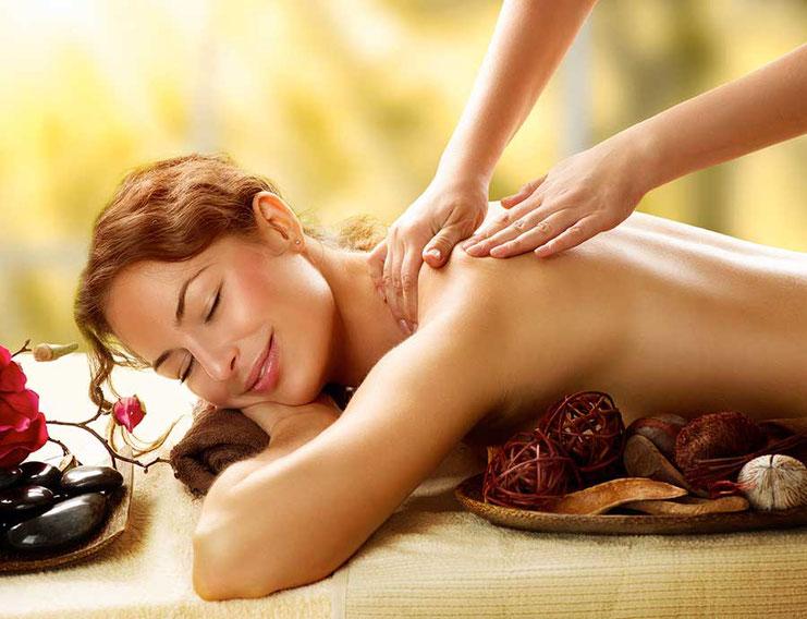 Frau wird massiert und genießt die Massage