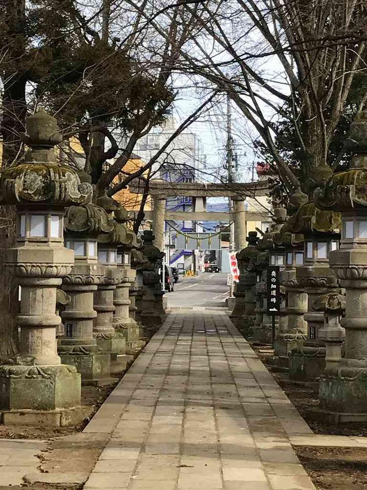 神炊館(おたきや)神社 拝殿から鳥居をみる