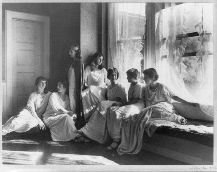 """Isadora's Dancers"" By Frances Benjamin Johnston, 1864-1952, photographer. [Public domain], via Wikimedia Commons"