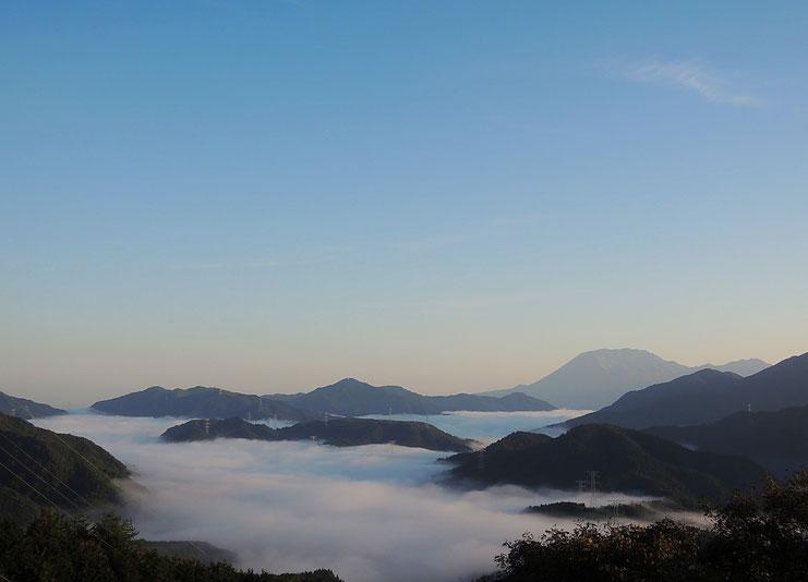 右手奥が大山。2018年10月22日の明智峠からの雲海。