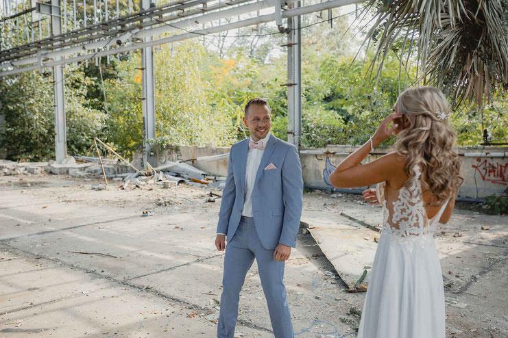 Hochzeitsfotos in einer verlassenen Fabrik