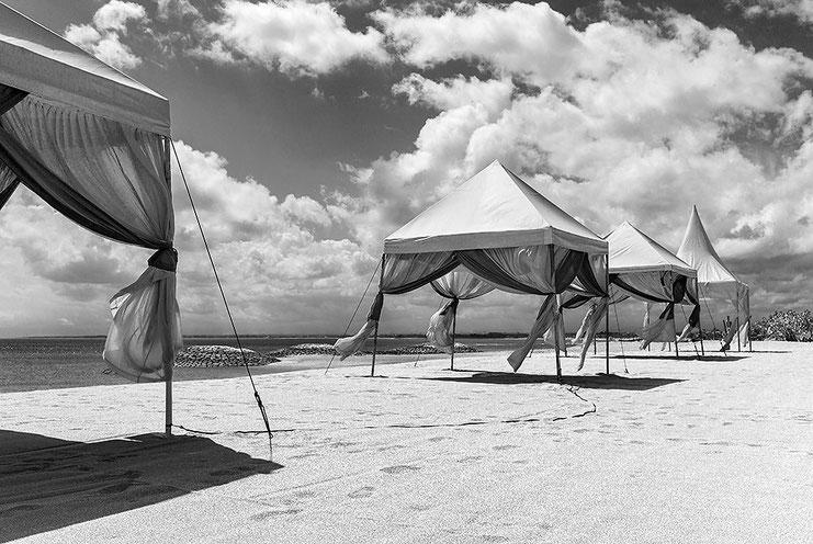 Pavillons am Strand von Bali, Indonesien. Aufgenommen mit LEICA M9 und 35 mm Biogon. Copyright 2013 by Klaus Schoerner