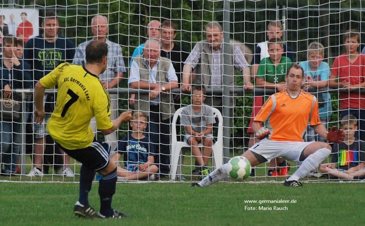Die Entscheidung im Elfmeterschießen 2013: Germanias Andreas Bitter verschießt gegen Firrel-Keeper Hartmann.