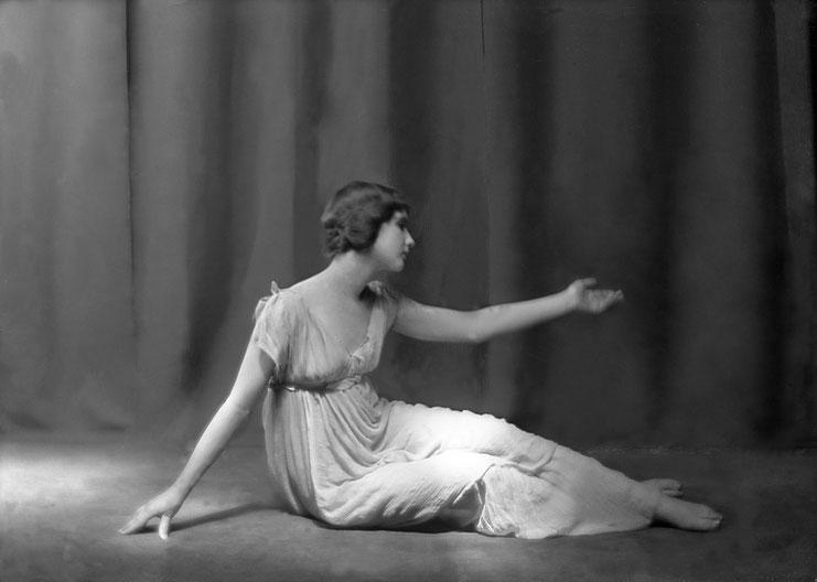 """Anna Duncan dans """"La Berceuse"""" chorégraphie d'Isadora Duncan musique Frédéric Chopin, Photo Arnold Genthe 1920. Courtesy of Tanzarchiv Köln, Allemagne."""