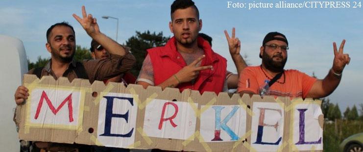 Asylbewerber am serbisch-ungarischen Grenzübergang in Roeszke