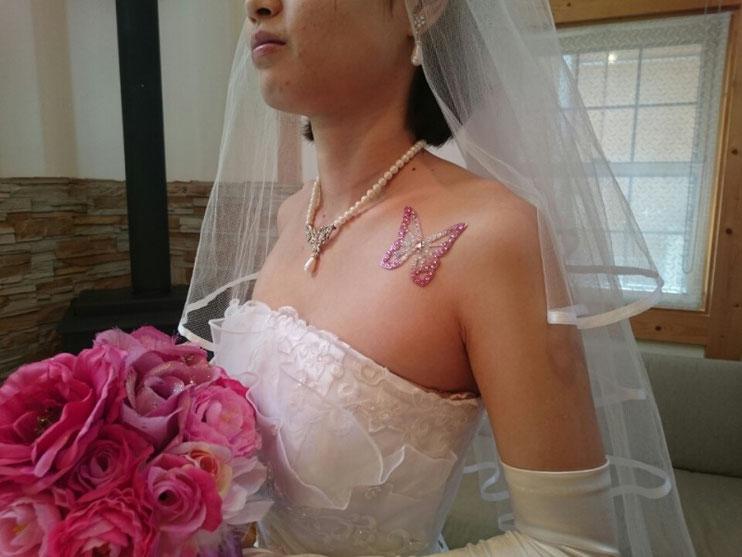 白いドレスにボディジュエリーが映えます