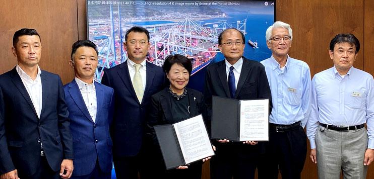 協定を結んだ民間団体の皆さんと清水港管理局長(右から3番目)
