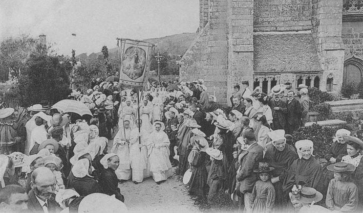Le pardon de Saint-Jean du Doigt attirait la foule on y voyait des coiffes de tout le pays