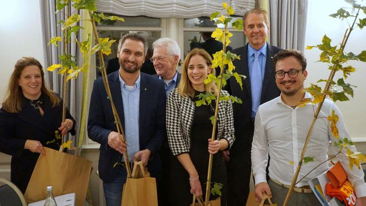 Die neuen Mitglieder freuen sich über Jungbäume, die an diesen Tag erinnern sollen. Von links: Mirija Mulikas, Tom Lehnert, Peter Heydorn (Präsident), Melanie Wellner, Peter Kracht und Otto Klemke