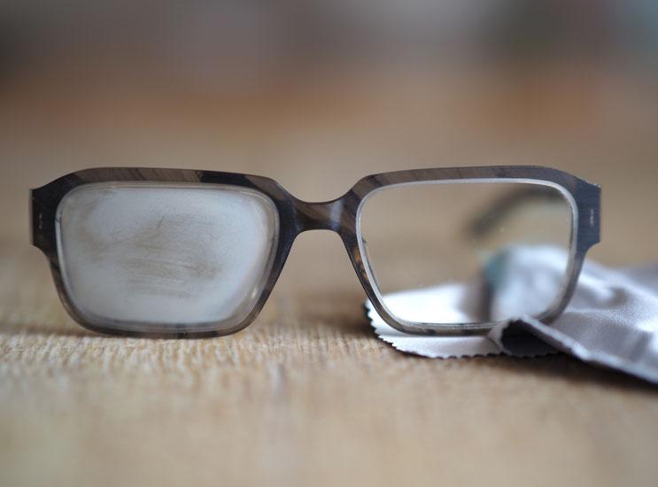 Antibeschlagtücher für Brillengläser. Brille beschlägt mit Maske.