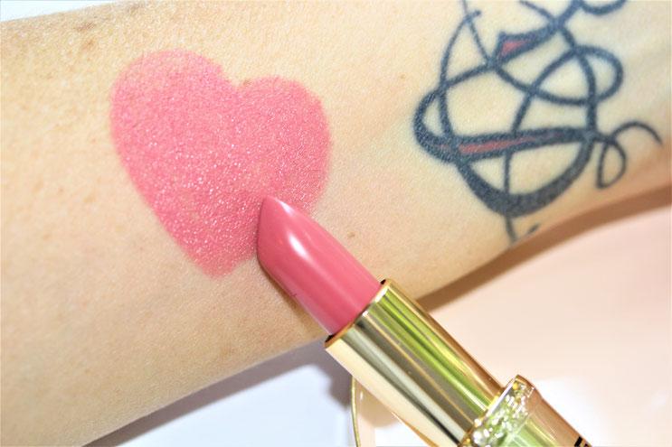 Die Farbe 804 -Liebe- ist auf den Lippen noch etwas heller.