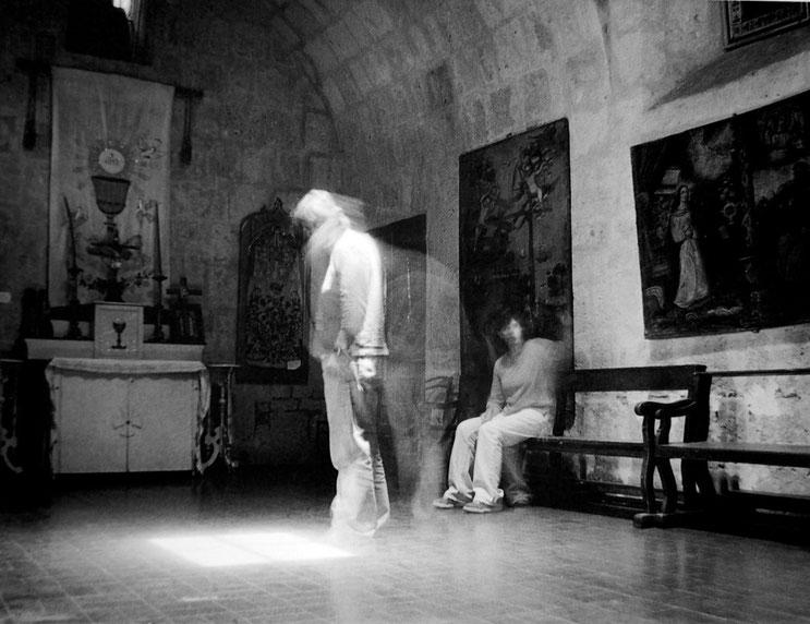 Conversaciones en la iglesia 2, 2004, Fotografía en b/n 35.5X28 cm